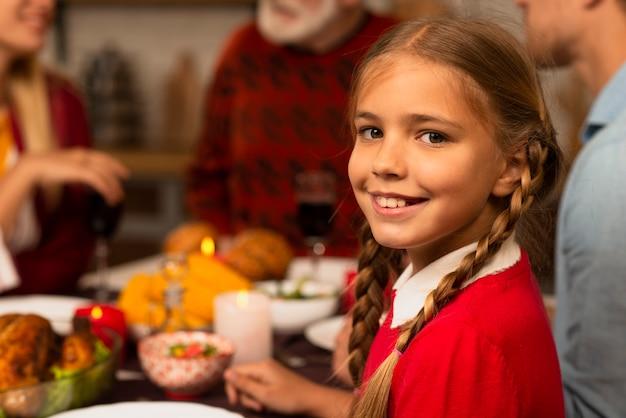 Jeune fille souriante regardant la caméra Photo gratuit