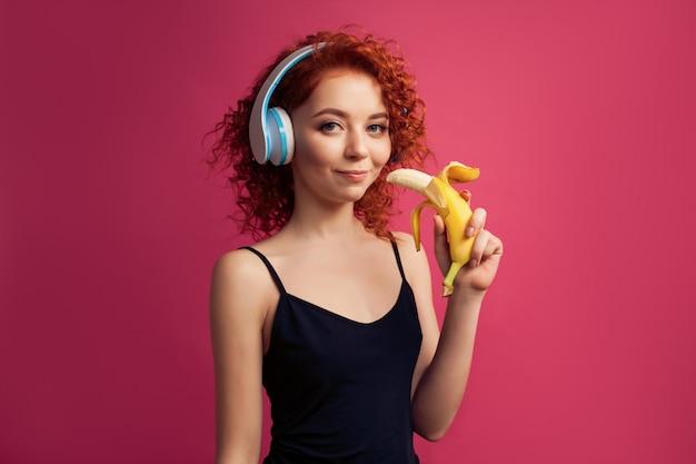Jeune Fille Souriante Avec Smartphone Dans Les Mains Du Casque Et écoute De La Musique Et Communique Photo Premium