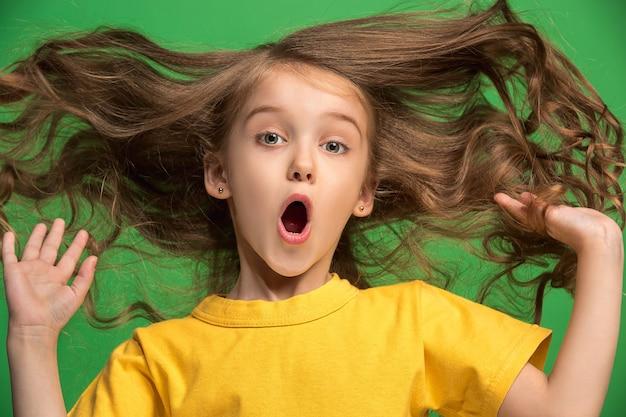Jeune Fille Surprise émotionnelle Debout Avec La Bouche Ouverte Photo gratuit