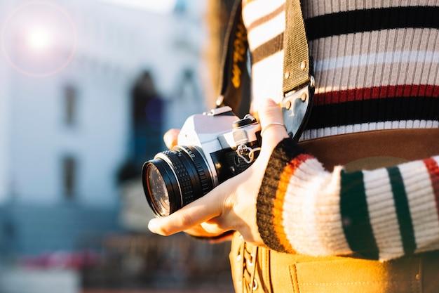 Jeune fille tenant une caméra Photo gratuit
