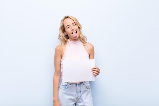 Jeune Fille, Tenue, A, Note Vide, à, Gai, Insouciant, Rebelle, Attitude, Plaisanterie, Et, Sortir Langue Photo Premium