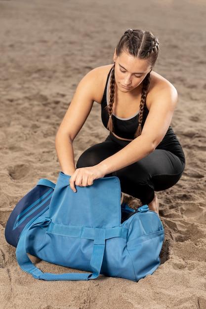 Jeune fille en tenue de sport avec un sac de sport Photo gratuit