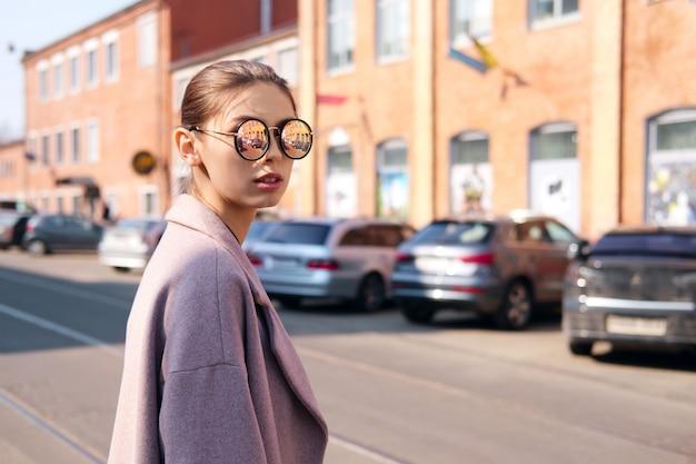 Jeune fille traversant la rue Photo Premium