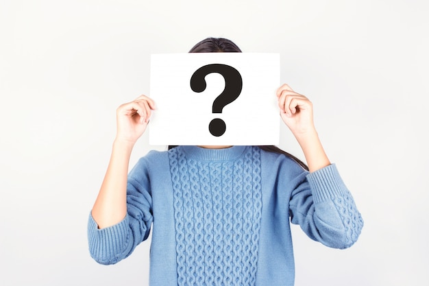 Jeune Fille Vêtue D'une Chemise Bleue Avec Du Papier à Questions Sur Fond Gris Photo Premium