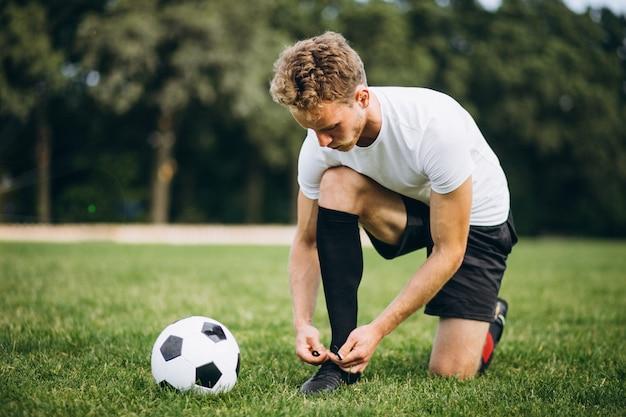 Jeune Footballeur Sur Le Terrain De Football Photo gratuit