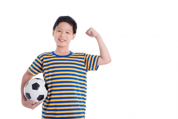 Jeune garçon asiatique tient le ballon et sourit sur fond blanc Photo Premium