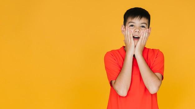 Jeune garçon étant choqué avec espace copie Photo gratuit