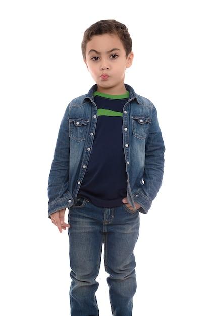 Jeune Garçon Hésitant Sur Fond Blanc Photo Premium