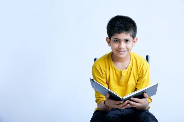 Jeune garçon indin tenant un cahier Photo Premium
