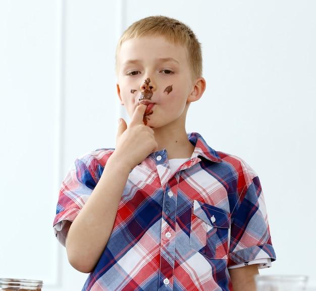 Jeune garçon à la table Photo gratuit