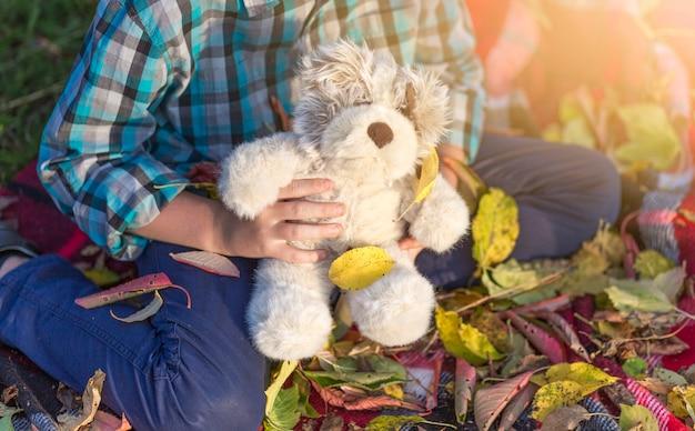 Jeune garçon tenant un ours en peluche Photo gratuit