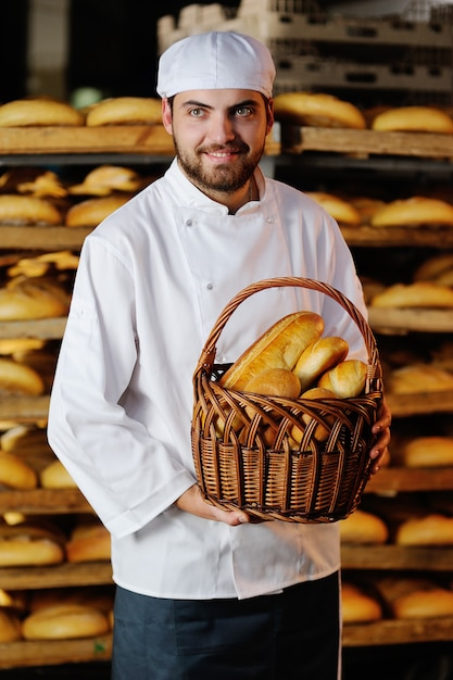Jeune Garçon Tenant Un Panier Avec Des Produits De Boulangerie Photo Premium