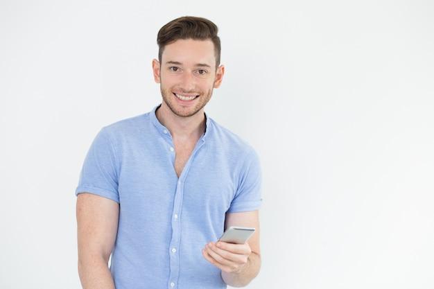Jeune Gérant Jeune Homme Avec Gadget Photo gratuit