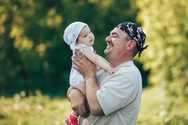 Jeune grand-père jouant avec une adorable petite fille Photo Premium