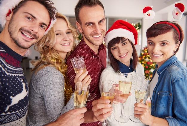 Jeune Groupe De Personnes à La Célébration De Noël Photo gratuit