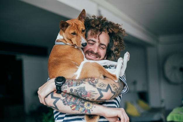 Jeune Hipster à La Mode Avec Des Tatouages Fous Cheveux Bouclés Câlins Son Petit Meilleur Ami Photo gratuit