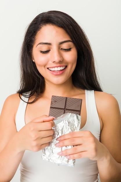 Jeune, Hispanique, Femme, Tenue, Chocolat, Tablette Photo Premium