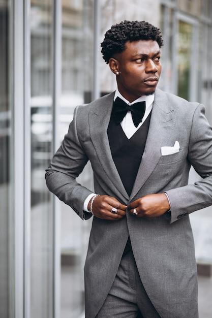 Jeune homme d'affaires africain en costume chic Photo gratuit