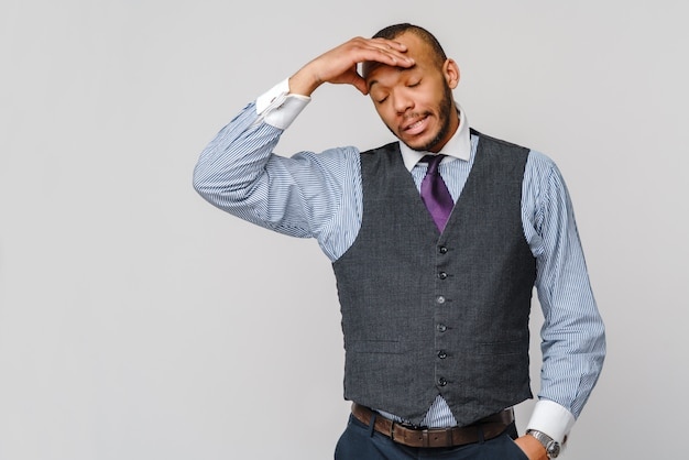 Jeune Homme D'affaires Afro-américain Touchant La Tête à Cause De Maux De Tête Et De Stress Photo Premium