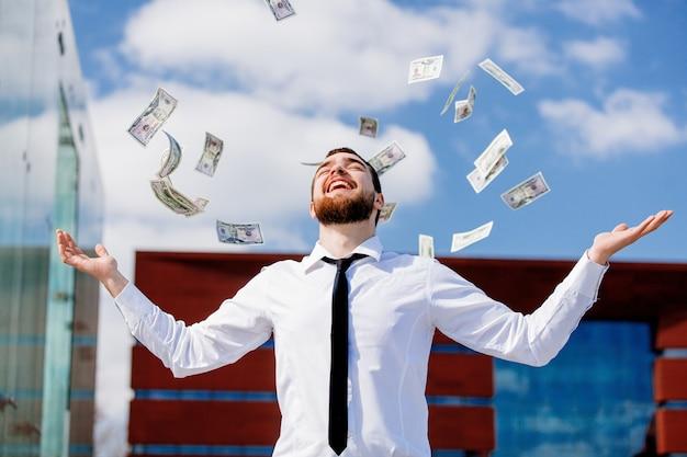 Jeune homme d'affaires avec l'argent en baisse Photo Premium