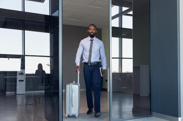 Jeune Homme D'affaires En Attente De Départ à L'aéroport, Voyage De Travail, Mode De Vie Professionnel. Photo gratuit