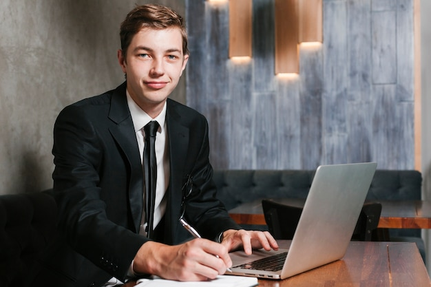 Jeune Homme D'affaires Au Bureau Photo gratuit