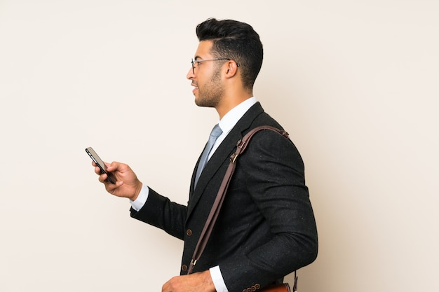 Jeune homme d'affaires beau sur fond isolé Photo Premium