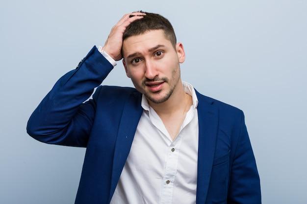 Jeune homme d'affaires caucasien étant choqué, il s'est souvenu d'une réunion importante. Photo Premium