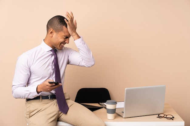 Jeune Homme D'affaires Dans Un Bureau Ayant Des Doutes Avec L'expression Du Visage Confus Photo Premium