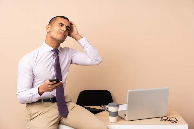 Jeune Homme D'affaires Dans Un Bureau Ayant Des Doutes Et Avec Une Expression De Visage Confuse Photo Premium
