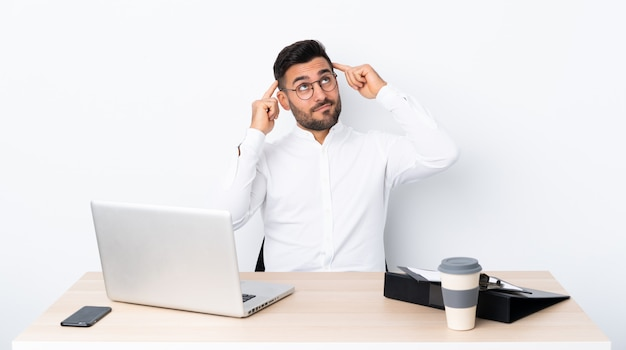 Jeune Homme D'affaires Dans Un Lieu De Travail Ayant Des Doutes Et De La Pensée Photo Premium