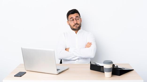 Jeune Homme D'affaires Dans Un Lieu De Travail Avec Une Expression De Visage Confuse Photo Premium