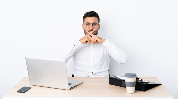 Jeune Homme D'affaires Dans Un Lieu De Travail Montrant Un Signe De Silence Photo Premium