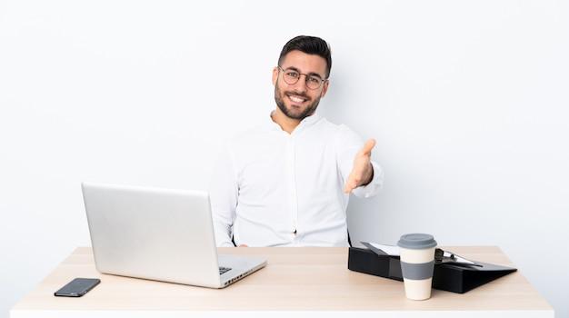 Jeune Homme D'affaires Dans Un Lieu De Travail Se Serrant La Main Pour Conclure Une Bonne Affaire Photo Premium
