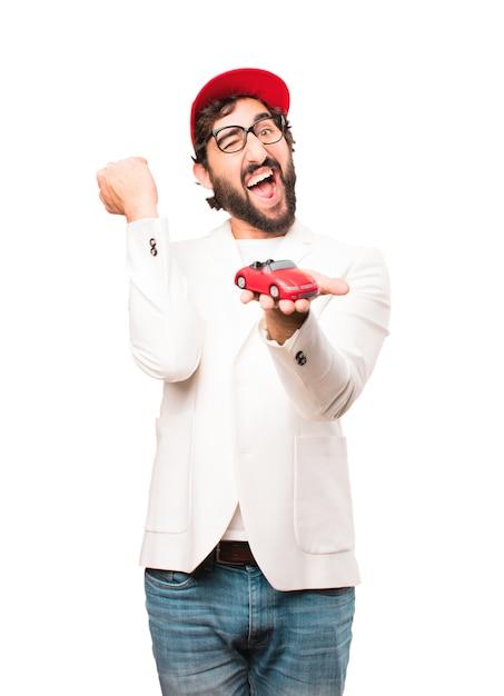 Jeune homme d'affaires fou avec un jouet de voiture rouge Photo gratuit