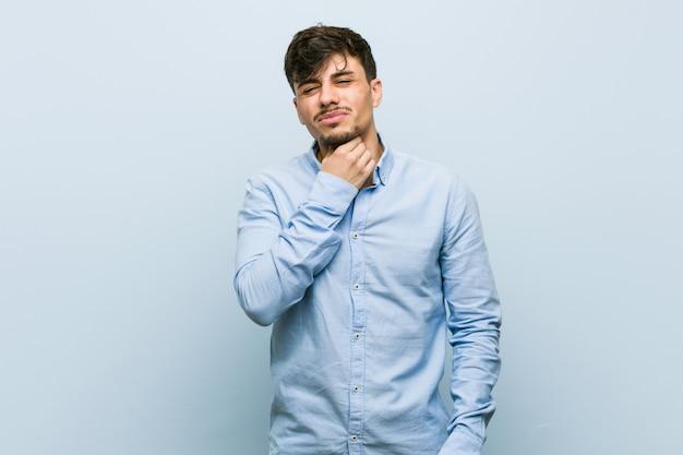Jeune homme d'affaires hispanique a mal à la gorge à cause d'un virus ou d'une infection. Photo Premium