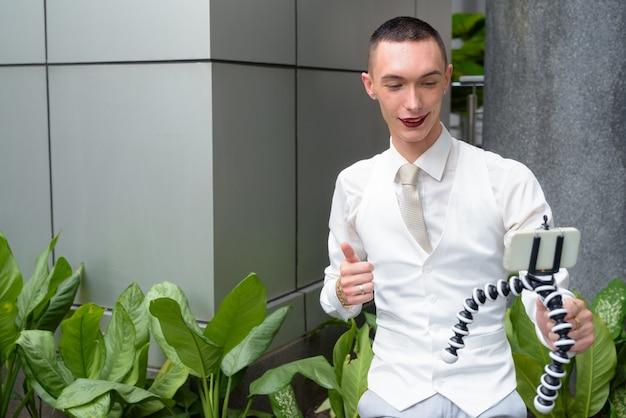 Jeune Homme D'affaires Homosexuel Androgyne Lgtb Portant Du Rouge à Lèvres Photo Premium