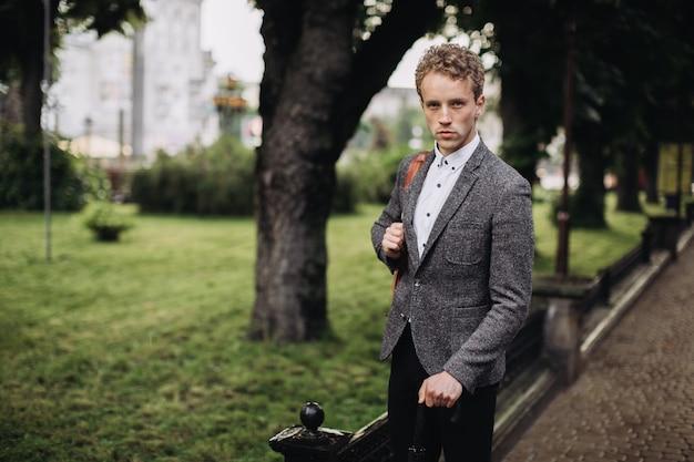 Jeune Homme D'affaires Marchant Dans La Ruelle Par Temps De Pluie Photo Premium