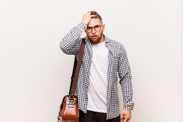 Jeune homme d'affaires moderne fatigué et très fatigué, gardant la main sur sa tête. Photo Premium