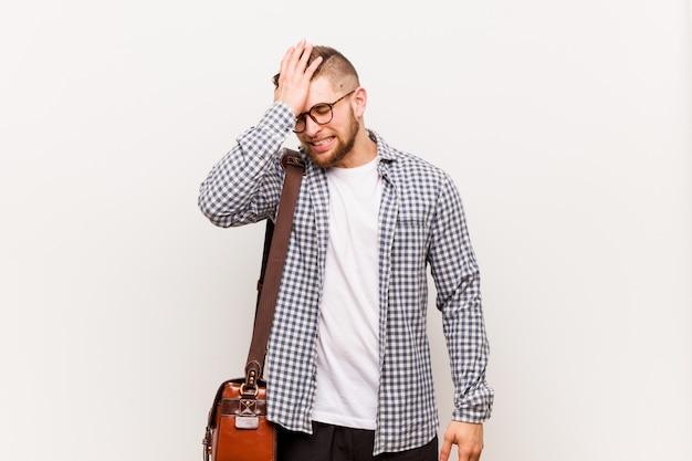 Jeune homme d'affaires moderne oubliant quelque chose, giflant le front avec la paume et fermant les yeux. Photo Premium