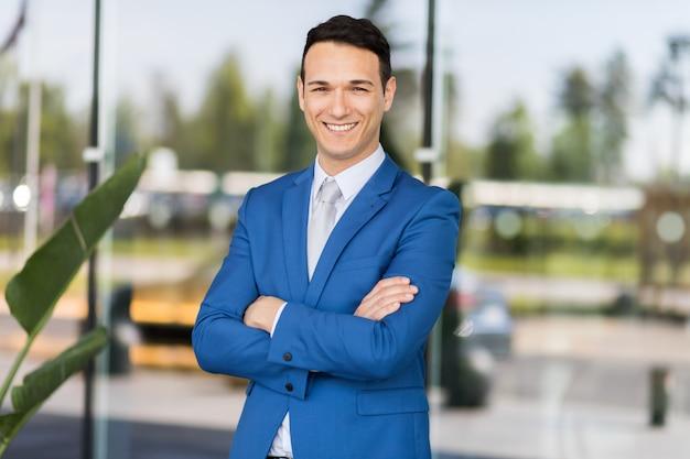 Jeune homme d'affaires en plein air Photo Premium