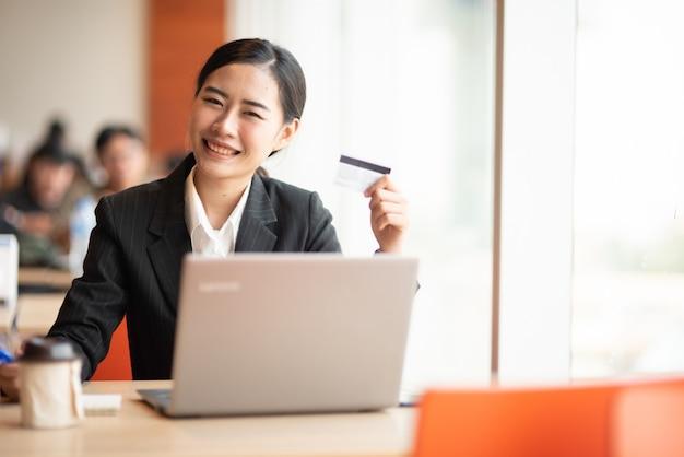 Un jeune homme d'affaires porte un costume noir au bureau. Photo Premium