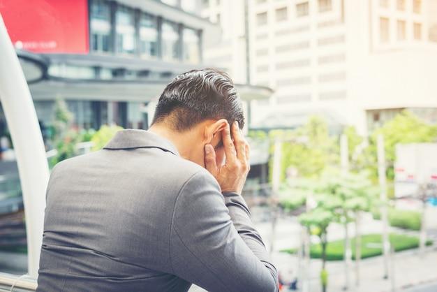 Un Jeune Homme D'affaires Stressé Pendant Son Travail. Concept Des Entreprises. Photo gratuit