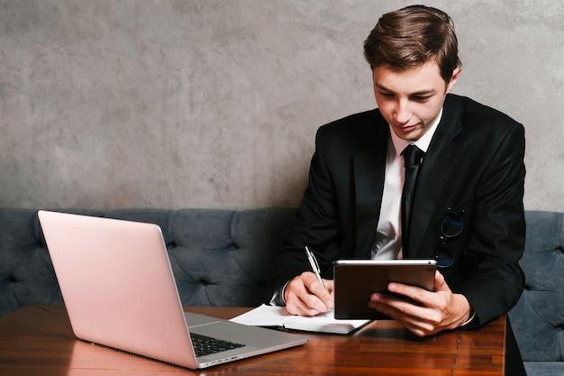 Jeune homme d'affaires travaillant au bureau Photo gratuit