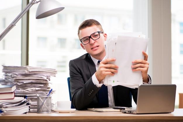 Jeune homme d'affaires travaillant au bureau Photo Premium