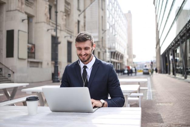 Jeune homme d'affaires travaillant en plein air Photo Premium