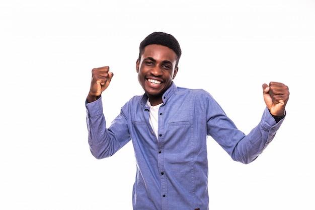 Jeune Homme Africain Avec Les Mains Levées Célébrer La Victoire Isolé Sur Mur Blanc Photo gratuit