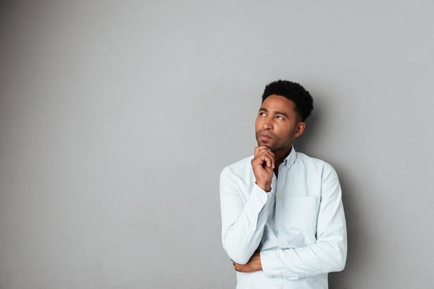 Jeune Homme Africain Pensif à L'écart De L'espace De Copie Photo gratuit