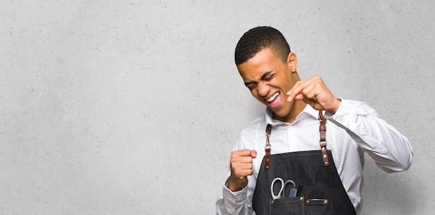 Jeune homme afro américain coiffeur profiter de la danse tout en écoutant de la musique Photo Premium