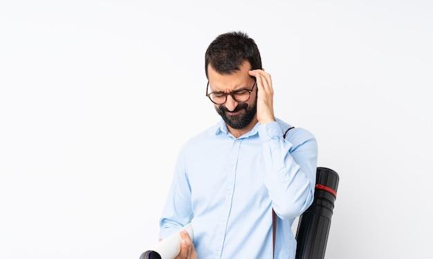 Jeune homme architecte avec barbe sur blanc isolé avec maux de tête Photo Premium